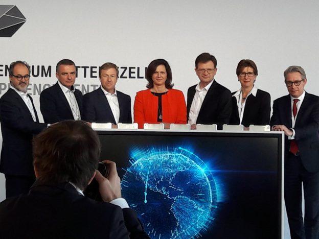 Startschuss fürs Kompetenzzentrum: die Bayerische Wirtschaftsministerin Ilse Aigner (mitte), umringt von BMW-Produktionsvorstand Oliver Zipse (links von ihr) , Entwicklungsvorstand Klaus Fröhlich (rechts, daneben Ilka Horstmeier, verantwortlich für E-Antriebe und das Motoren-Produktionsnetzwerk)